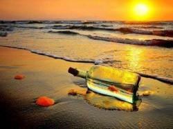 لوحة زجاجة وبحر